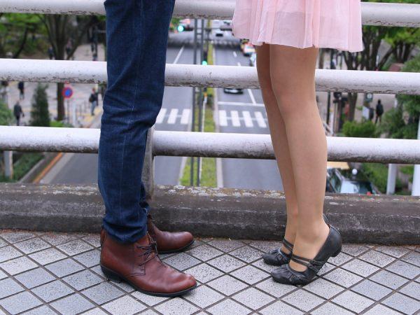 歩道橋で立ち止まるカップル