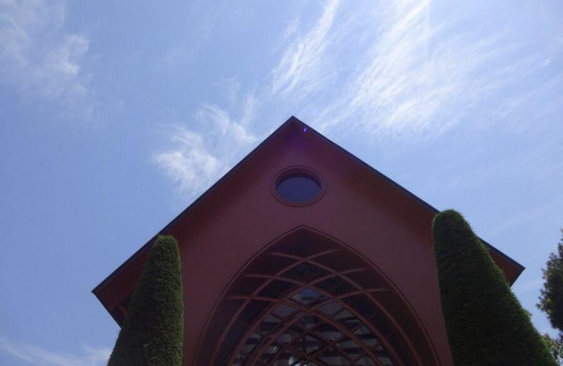 青い空の下の教会